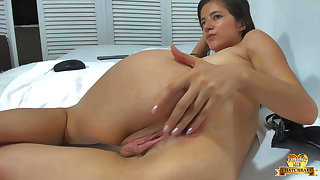 Colombian Teenager Girl Massages Her Bootie